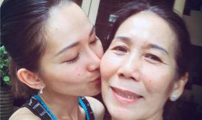 Mẹ ruột qua đời, Kim Hiền đau buồn tột độ khi không thể về chịu tang
