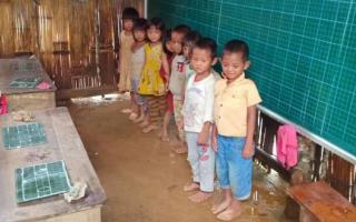 Thương cảm cảnh học sinh vùng cao ngồi học trên nền đất nhão nhoẹt