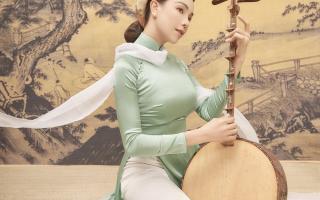 Trà Ngọc Hằng hóa nàng thơ diện áo dài chụp ảnh cùng hoa sen trắng