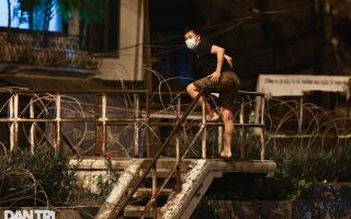Quận Hoàn Kiếm xử phạt 2 người vượt rào thép gai rời khu phong tỏa